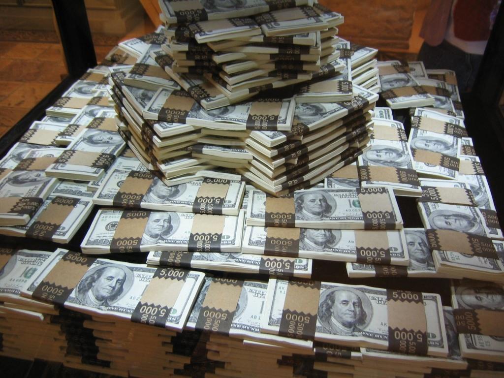 Ocupan un millón dólares y 800 mil pesos falsos a dos arrestó PN
