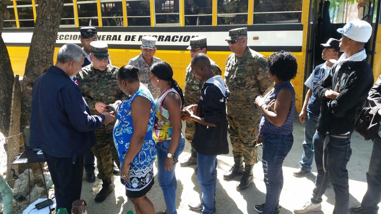 Autoridades dominicanas supervisan el regreso de cientos haitianos tras fiestas