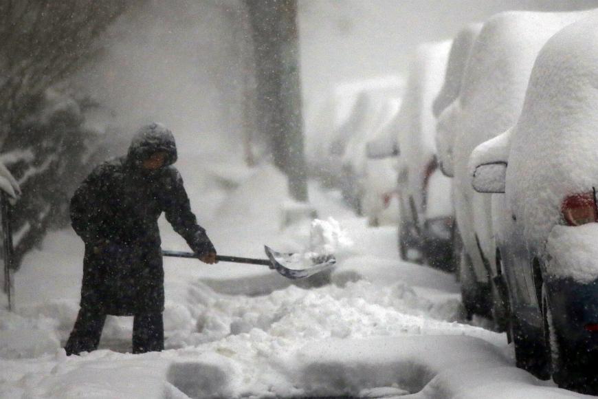 Hallan mujer congelada dentro de un auto