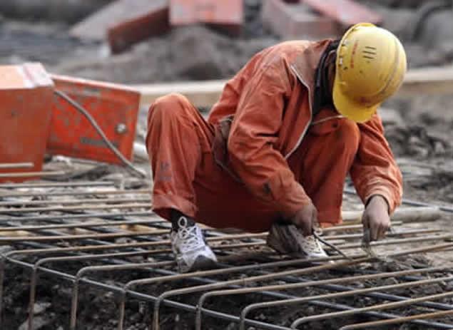 Aumentan un 15 por ciento al salario mínimo del sector construcción y otros