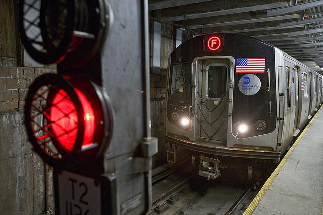 Hombre muere atascado en puertas del tren