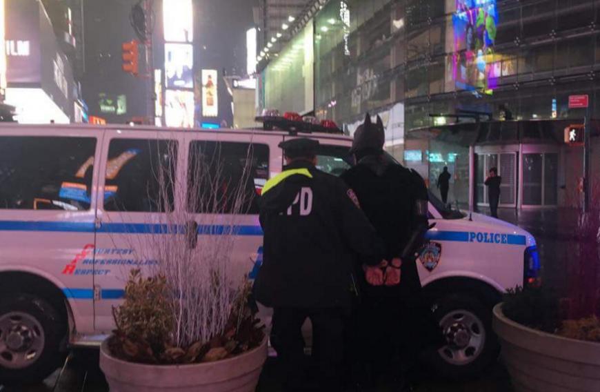 Arrestan a Batman por robarle a un turista