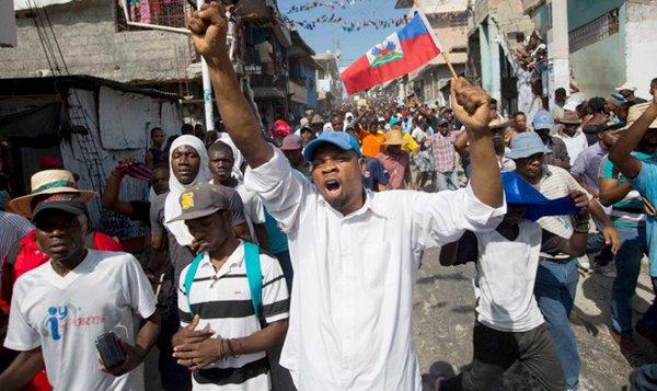 Miles de opositores haitianos celebran en las calles la salida de Martelly