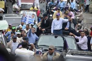 Danilo Medina mientras encabezaba una marcha-caravana en San Cristóbal