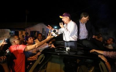 Danilo Medina mientras hablaba en Azua este domingo 7 de febrero en la noche, tras concluir un intenso recorrido por localidades del Sur.