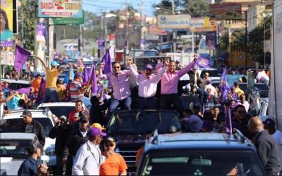 La extensa marcha caravana comenzó por la avenida Hispanoamericana y recorrió barrios y parajes de la ciudad, animados en la mayor parte del trayecto con temas de Kinito Méndez  en favor de la reelección.
