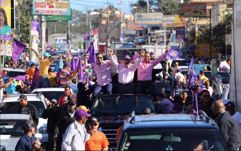 Medina encabeza marcha-caravana por 20 barrios de la ciudad de Santiago