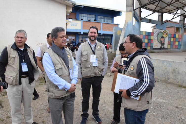 Mientras la campaña de la RD arde, Leonel observa referendo en Bolivia