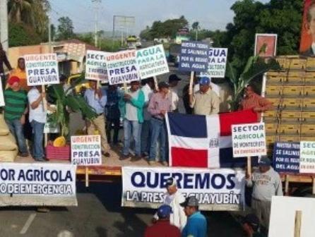Productores bloquean autopista Duarte en demanda de presa
