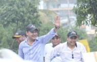 Abel Martínez realiza caravanas en Santiago