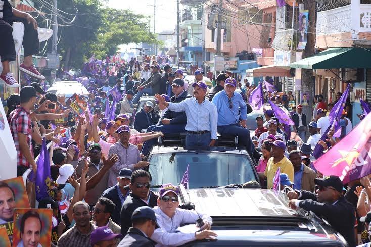 Danilo y otros candidatos recorren barrios del Distrito Nacional