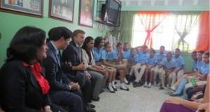 El Embajador de EEUU y su esposo durante su visita a una escuela.