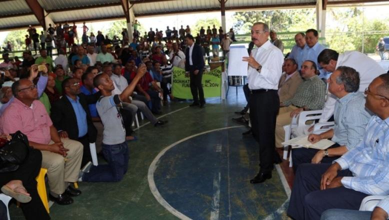 Danilo Medina financia a pescadores y productores de miel tras visita sorpresa