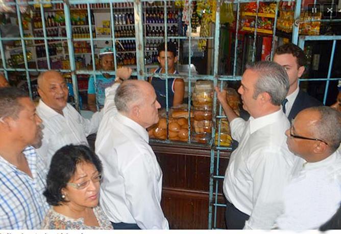 """Giuliani y Abinader realizan """"visita sorpresa"""" al barrio Villa Duarte"""