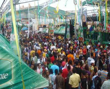 Toño Rosario, Vakeró, Mark B y Tulile en desfile regional en Bonao