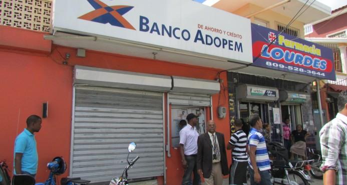 S. CRISTOBAL: Dos hombres asaltan banco y cargan con RD$800 mil