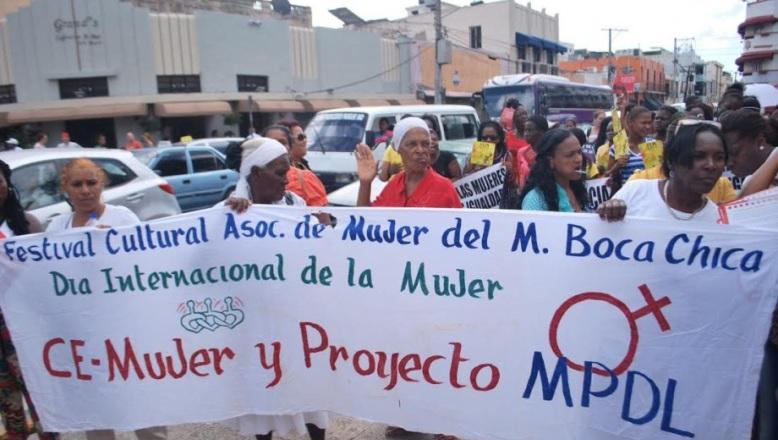 """Mujeres marcharon hasta el Palacio; exigieron """"igualdad"""" en los programas oficiales"""