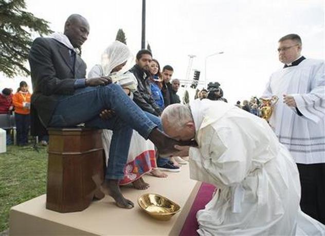 El Papa lava pies de musulmanes, ortodoxos, hindúes y católicos