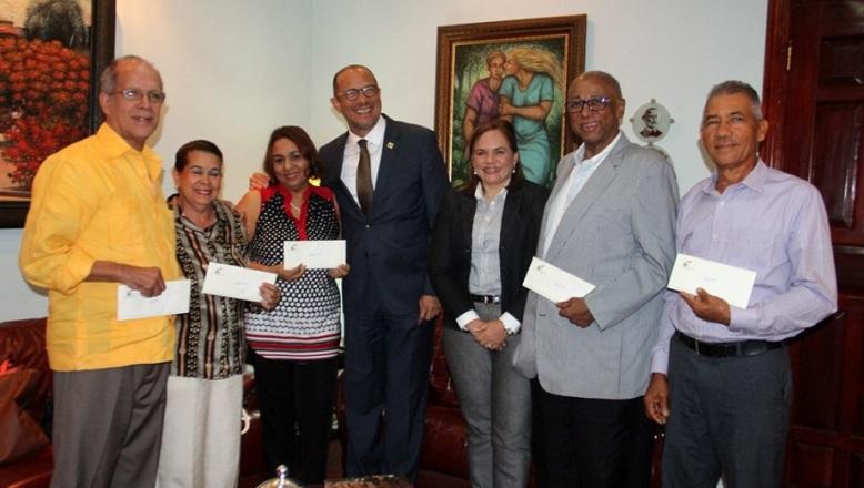 Danilo Medina pensiona por decreto a 40 artistas y gestores culturales