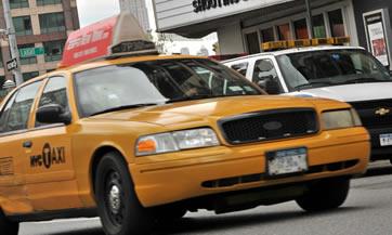 Pasajeros acuchillan en la cara a un taxista