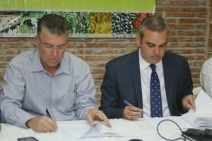 Abinader y Rivero firman el compromiso.
