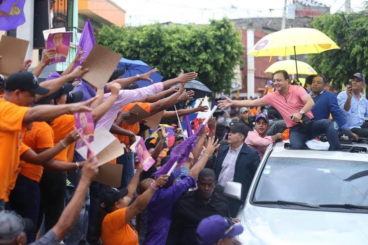 SANTIAGO: Abel Martínez se moviliza en distintos barrios