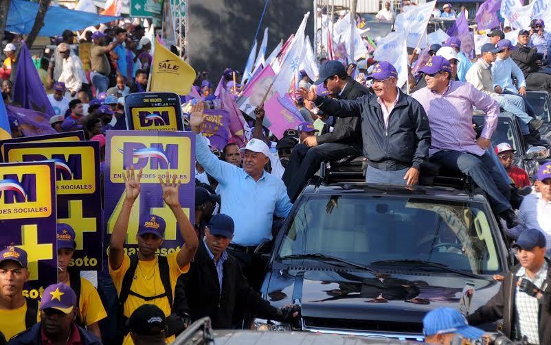 Danilo dice está satisfecho con apoyo de población; recorre zonas