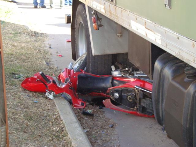 CONSTANZA: Dos muertos y un herido deja choque motocicleta y camión