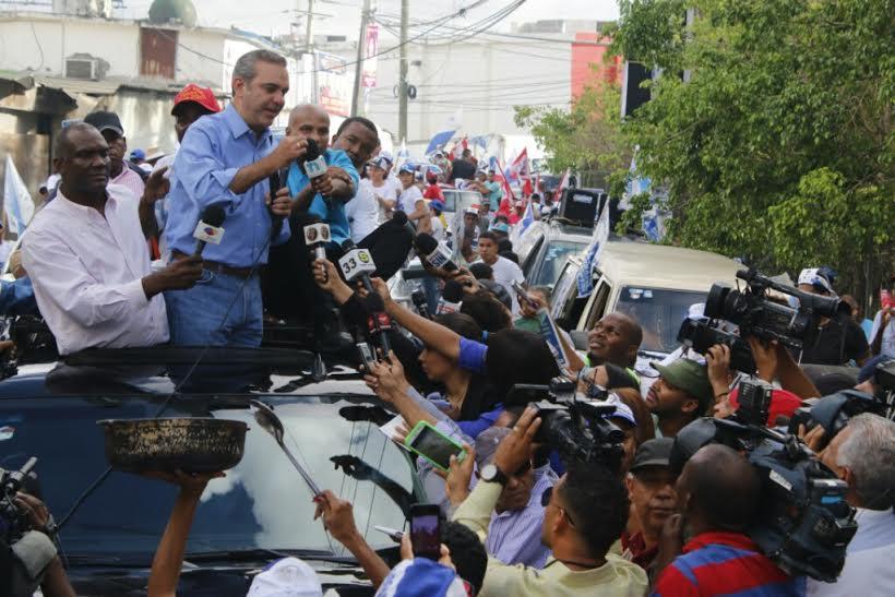 Luis Abinader dice encuesta le otorga  45% y a Danilo Medina menos del 50%