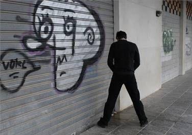 NYC planea reducir costo de multas por orinar en la calle