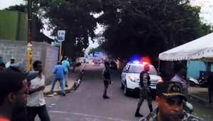 Al caer la noche de este lunes, una turba trató de incendiar una guagua asignada a la Junta Municipal Electoral.
