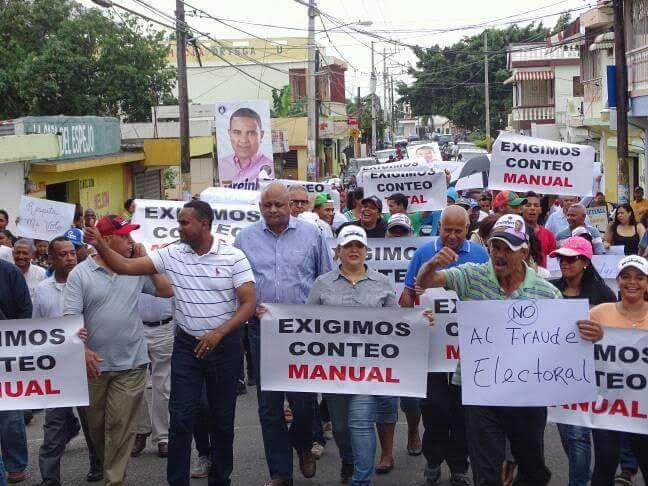 PRM marcha en Salcedo en demanda conteo manual de votos