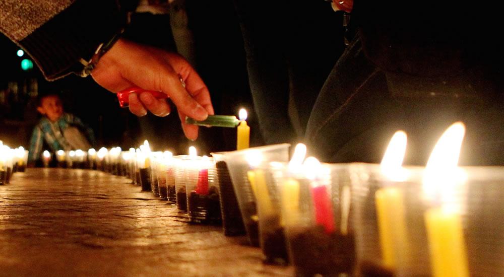 Embajador de EEUU preside ceremonia encendido velas por víctimas Orlando