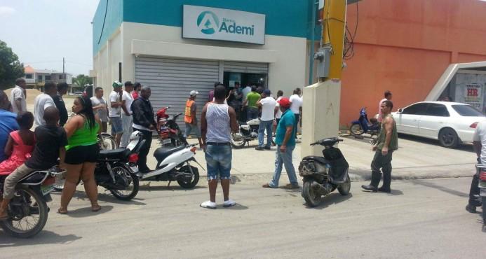 Desconocidos asaltan local Banco Ademi La Vega; hieren al vigilante