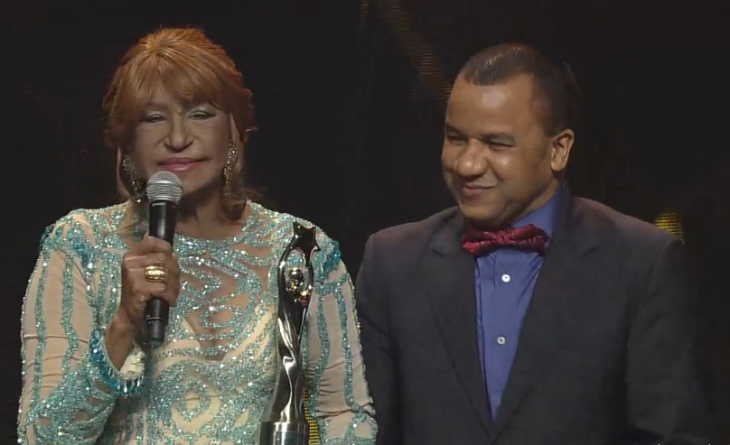 Fefita La Grande recibe el premioGran Soberano 2016, otorgado por Acroarte