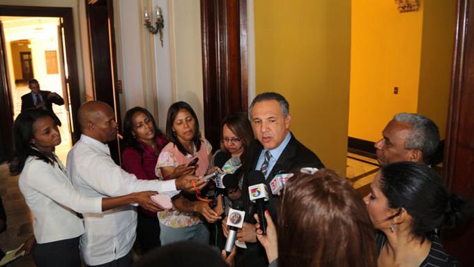 El Gobierno suspenderá empleados no hayan sido contratados por Presidencia