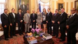 La comitiva de Nueva York junto al presidente Danilo Medina en el despacho presidencial.