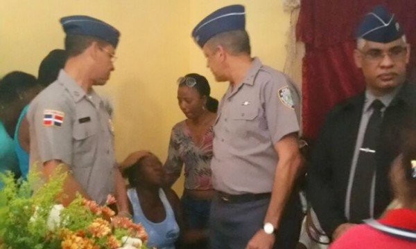 Jefe PN asiste a velatorio agente muerto en hospital de Higüey
