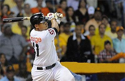 Aguilas vencen Gigantes en el inicio beisbol de RD