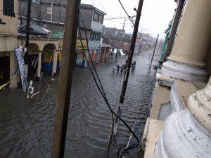 Las calles de Puerto Príncipe se encuentran anegadas por las lluvias.
