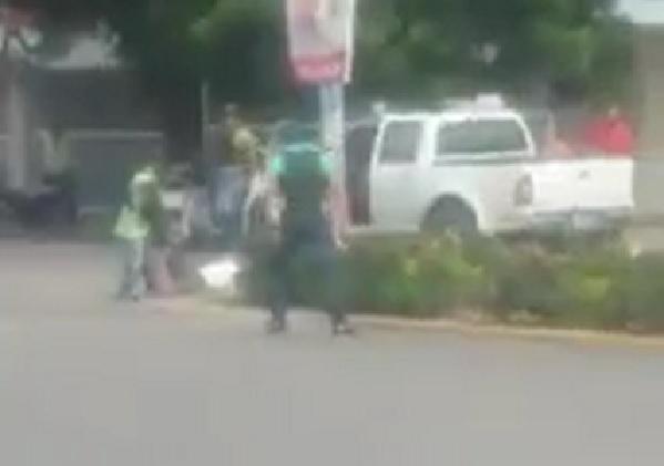 """VALVERDE: Graban agentes de la PN mientras """"ejecutan"""" a dos hombres"""