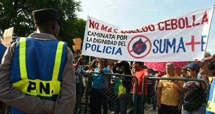 Policías y familias marchan Palacio, demandan aumento salarial