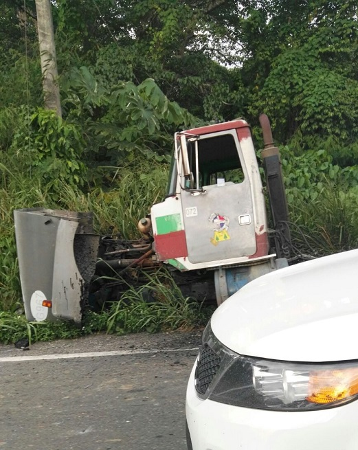 Cuatro muertos por accidente de patana cargada de varillas en Bonao