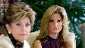 Summer Zervos (d) junto a su abogada Gloria Allred (i) durante su rueda de prensa en Los Ángeles.