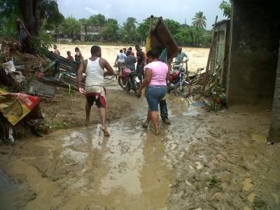 COE rescata ocho personas atrapadas por crecidas ríos en Sánchez Ramírez
