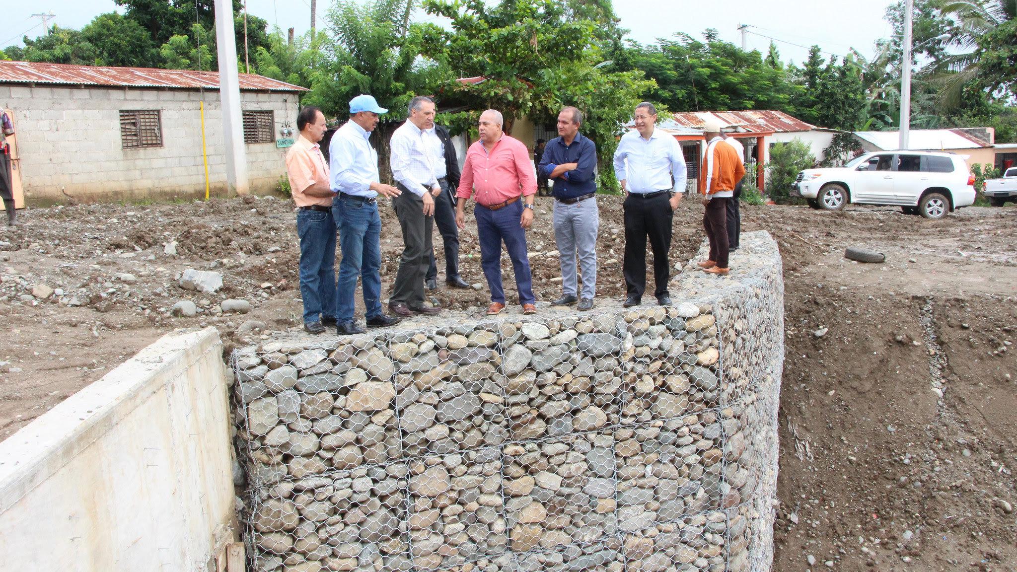 Peralta supervisa avances saneamiento y transformación de cañada en La Vega