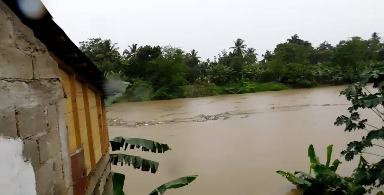 Crecida del río Yuna rompe muro de tierra e inunda cinco comunidades