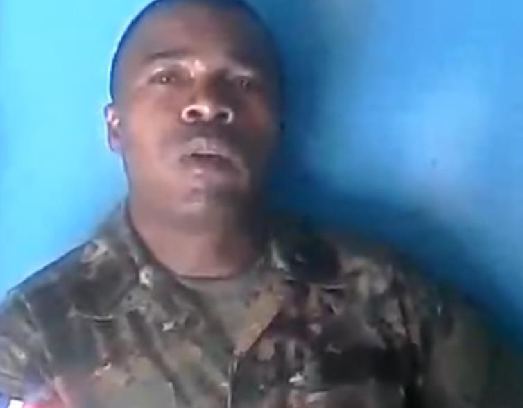 Teniente del Ejército denuncia abusos; dice jefes cogen sueldo 'especialismo'
