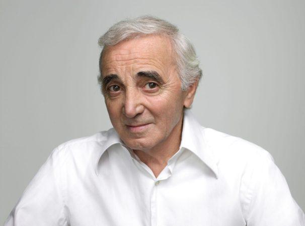 Charles Aznavour arremete contra los políticos de su país