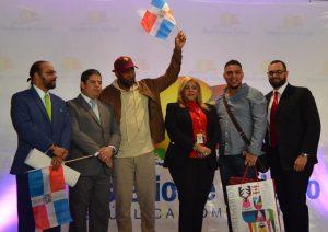 Reciben 'Pasajero del Año y Dominicano Ausente' en aeropuerto Cibao